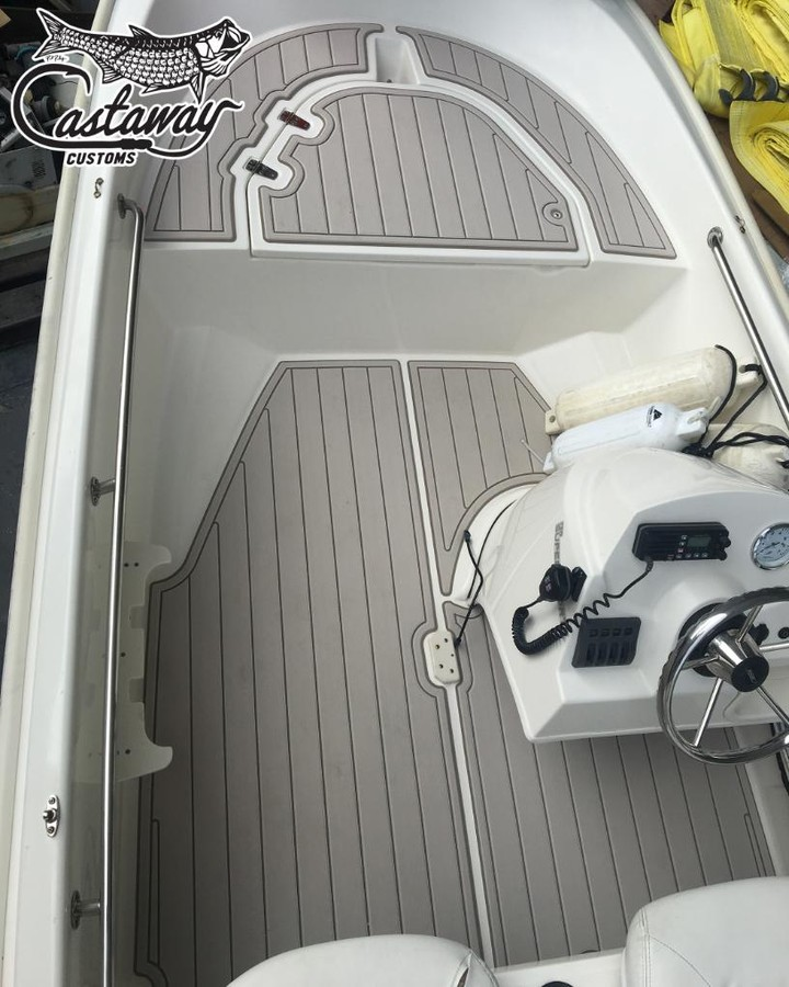 This 13 Super Sport Boston Whaler stuck with mica over terra down in Napels Flor